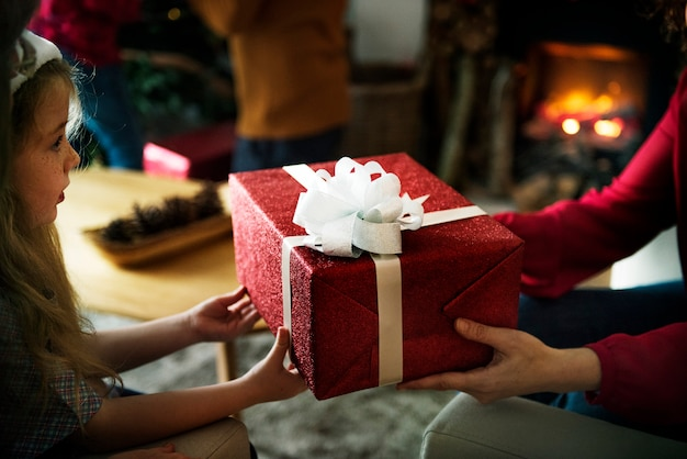 Bambina che riceve un regalo di natale