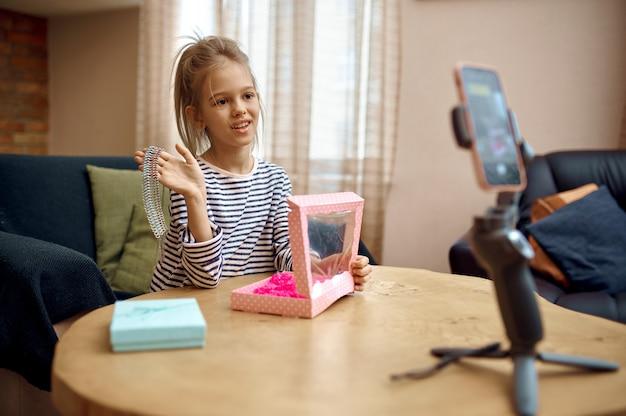 Bambina che registra blog sulla fotocamera del telefono, bambino blogger