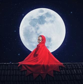 Bambina in un abito rosso