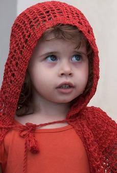 Bambina in abito da cappuccetto rosso