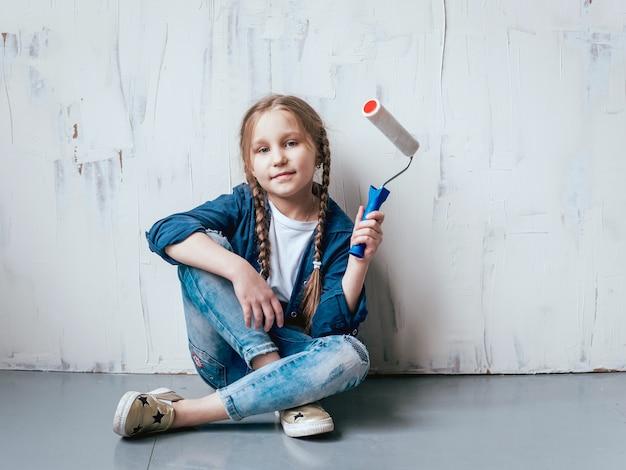 Bambina in una stanza con una parete di legno. costruzione