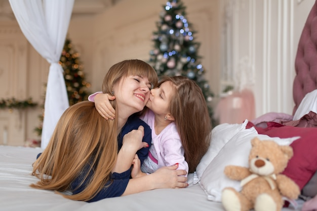La bambina passa il tempo a giocare con la mamma mentre giace a letto