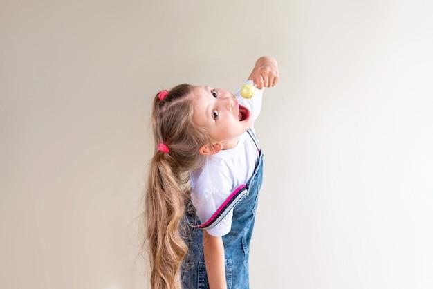 La bambina succhia il lecca-lecca.