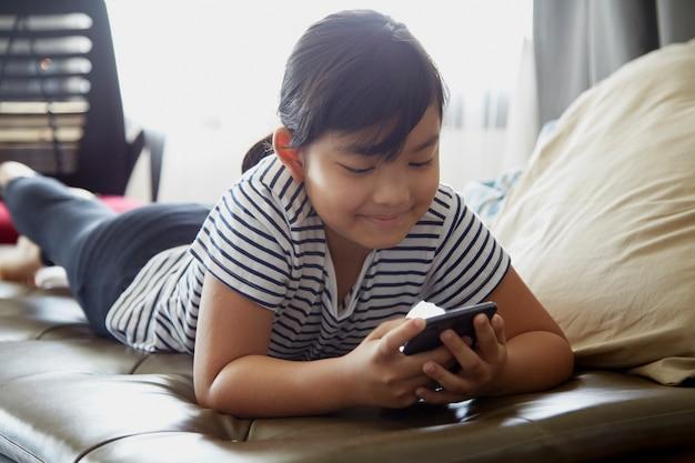 Bambina che per mezzo del telefono cellulare