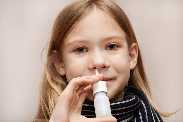 Bambina utilizzando gocce nasali