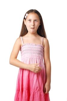 Bambina molto sorpresa che indica qualcosa con la sua mano