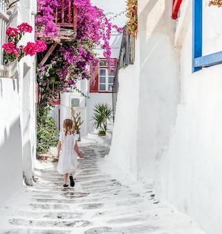 Bambina che cammina il vicolo stretto in grecia Foto Premium