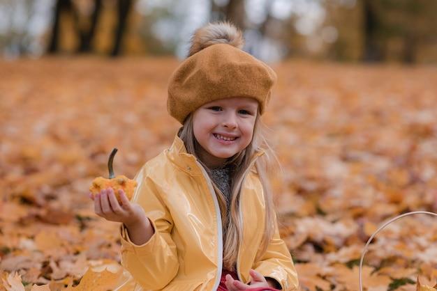 Bambina che cammina nel parco con foglia autunno natura giardino