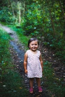 Bambina che cammina nel parco