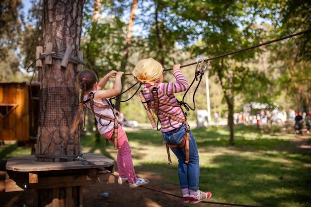 Una bambina cammina lungo la funivia nel parco