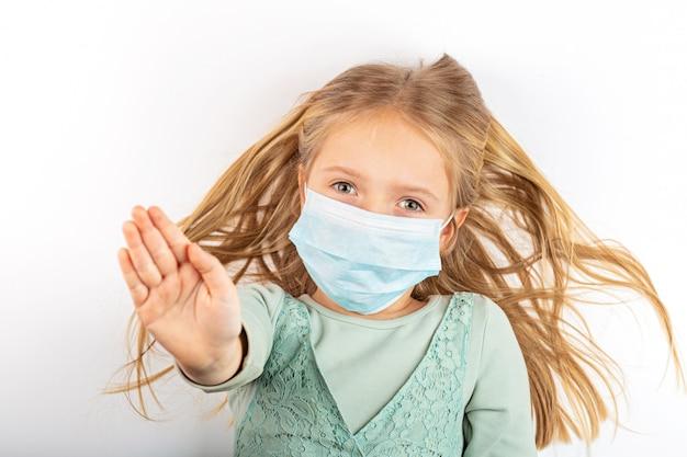 Bambina che indossa una maschera per proteggere durante la quarantena covid-19