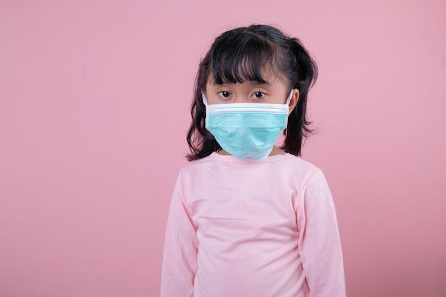 Bambina che indossa una mascherina medica