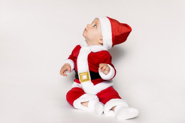 Bambina indossa il costume di babbo natale