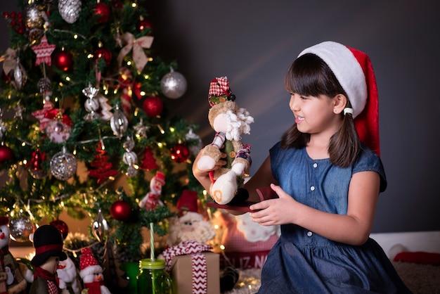 Bambina indossa il cappello della santa nella decorazione di natale
