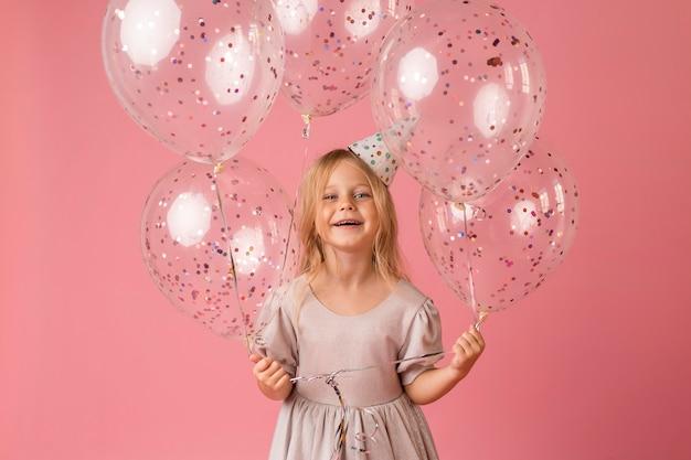 Bambina con palloncini in costume