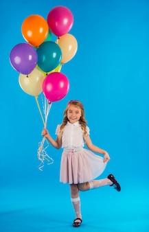 Bambina con palloncini isolati Foto Premium