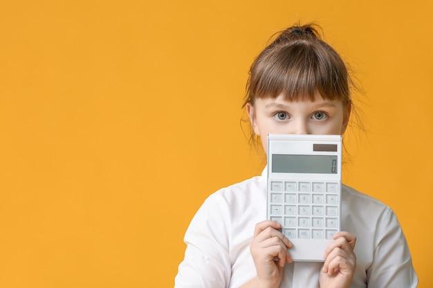 Bambina con la calcolatrice