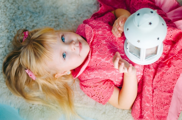 Bambina con lampada vintage decorativa