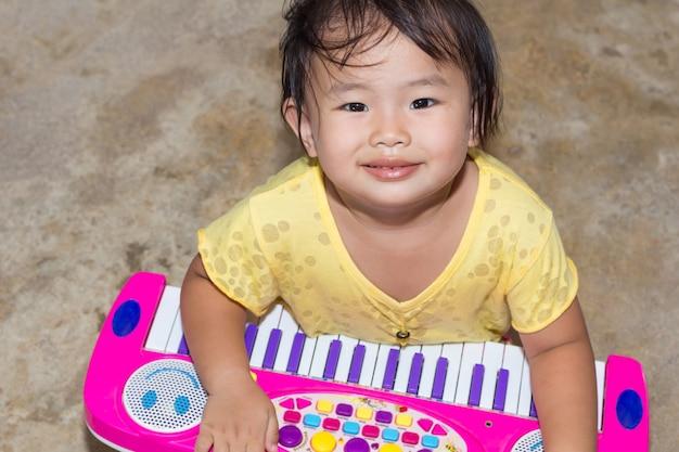 Bambina con giochi educativi giocattolo electone a casa, giochi da tavolo electone per l'apprendimento moderno dei bambini