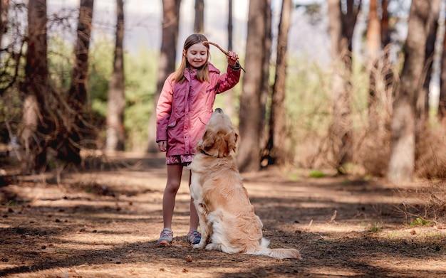 Bambina con cane golden retriever