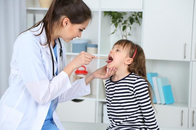 Bambina e giovane medico in ospedale