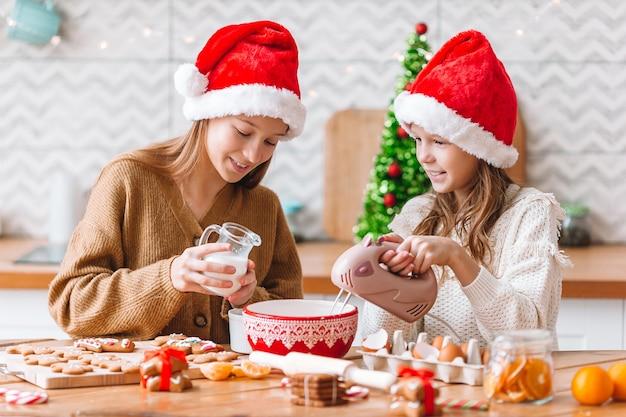 Bambine che cucinano pan di zenzero di natale