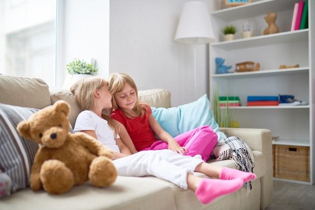 Bambine sul divano
