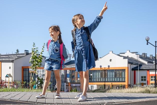 Bambine, studentesse delle elementari dopo la scuola, sulla via di casa.