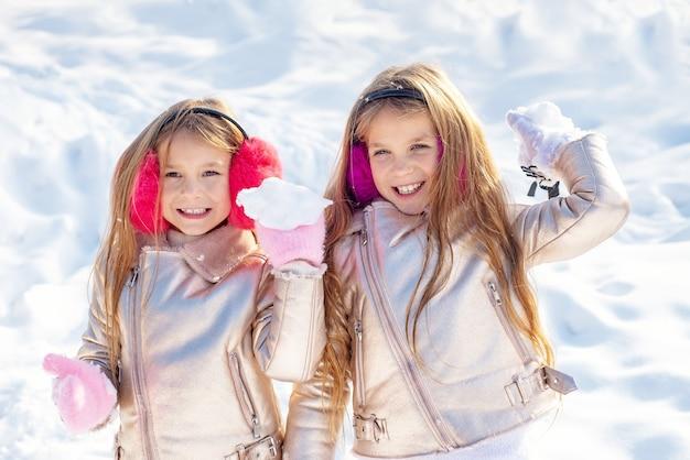 Bambine che giocano con le palle di neve