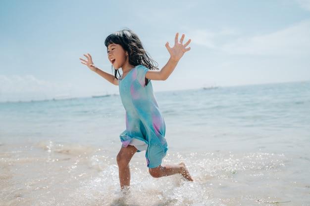 Le bambine corrono e ridono in spiaggia