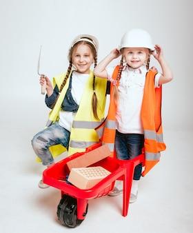 Bambine sullo scenario bianco. costruzione