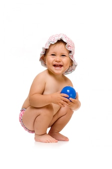 Piccolo bambino felice nel cappellino da sole con la palla, isolata sopra bianco