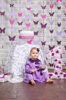 Piccola ragazza felice del bambino che celebra il primo compleanno