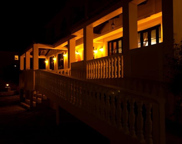 Piccolo hotel in grecia di notte, d'estate