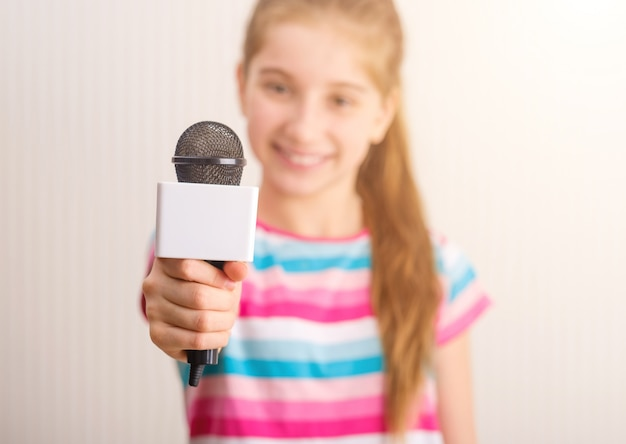 Piccola giornalista che fa intervista