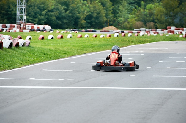 Piccolo pilota di kart in pista