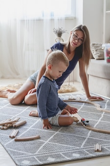 Ragazzino e sua madre che giocano con la ferrovia