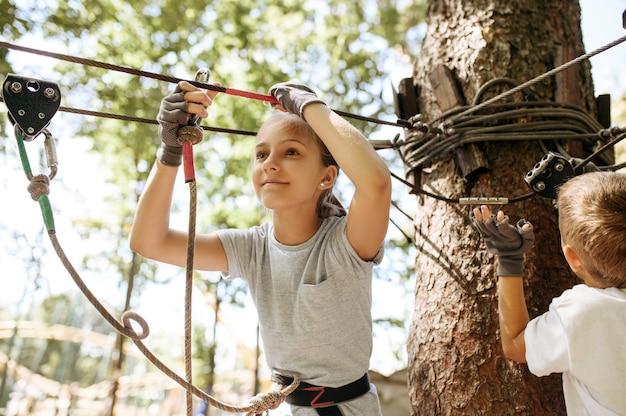 I bambini piccoli si arrampicano nel parco avventura