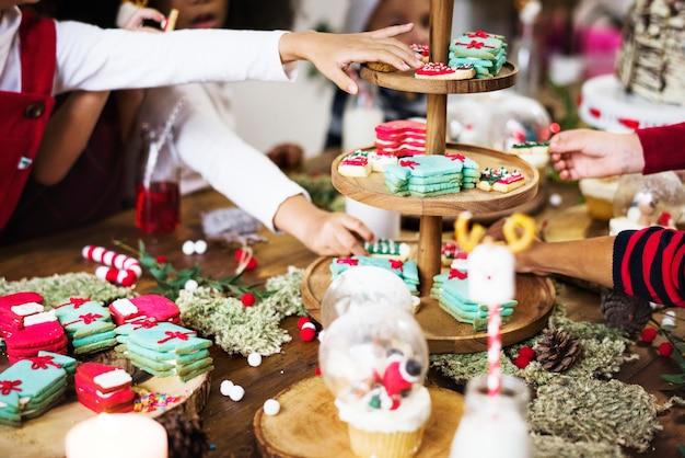 Ragazzini che decorano dolci e dolci natalizi