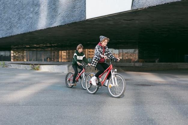 Bambini piccoli che guidano le loro biciclette all'aperto