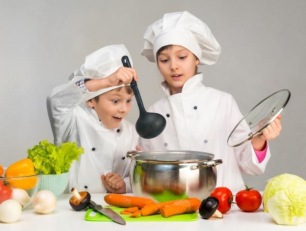 Bambini piccoli a un tavolo con verdure