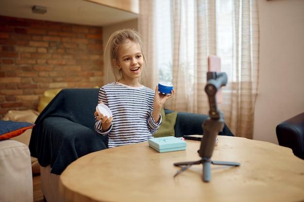 Piccola signora registra blog, blogger bambina. blogging per bambini in home studio, social media per un pubblico giovane, trasmissione internet online,