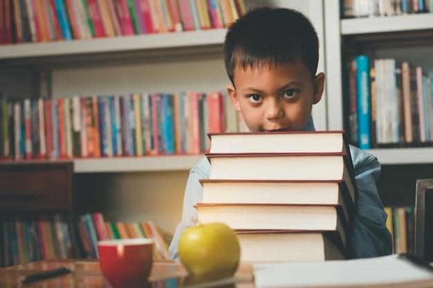 Piccolo adorabile studente straniero che impara