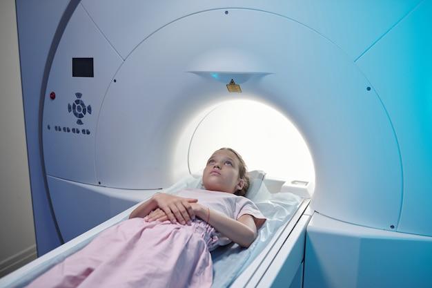 Piccolo paziente di cliniche sottoposte a esame di risonanza magnetica