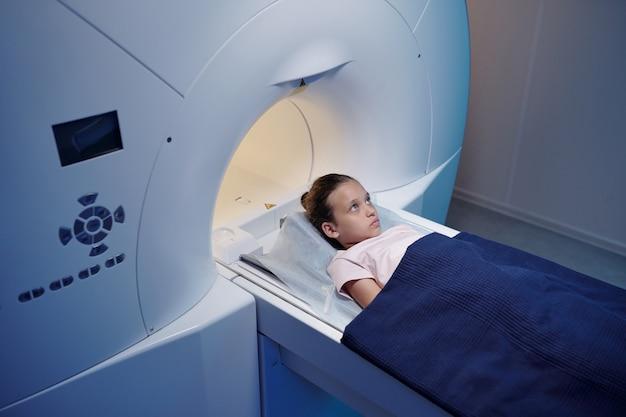 Il piccolo paziente delle cliniche moderne si sottoporrà a un esame di risonanza magnetica