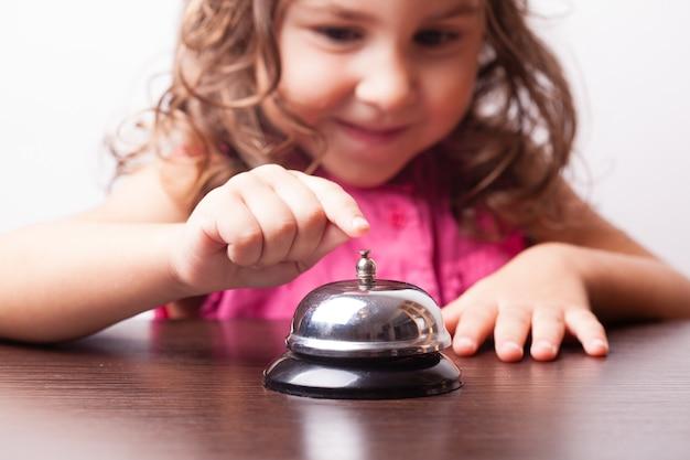 Piccola ragazza carina, premi il campanello, gioco da tavolo in tempo