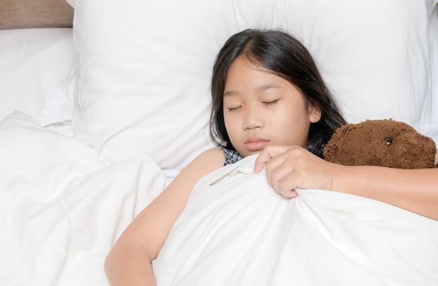 Piccola ragazza addormentata a letto