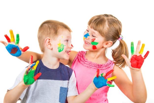Piccoli bambini sorridenti con dipinti a mano con vernici colorate
