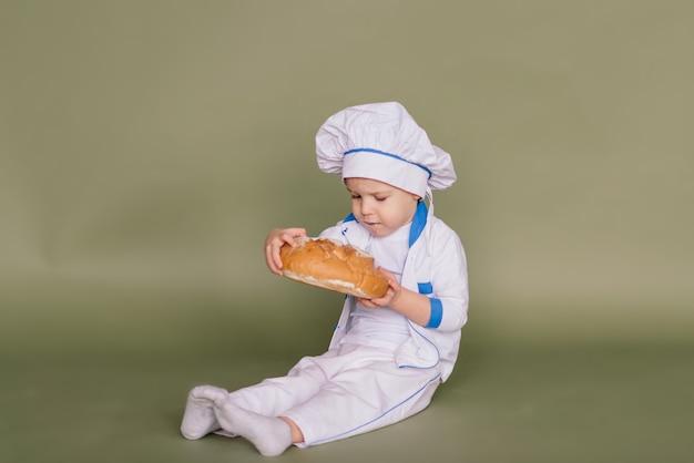 Piccolo fornello sorridente con pane e bagel, isolato su sfondo di studio