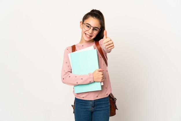 Piccola studentessa sopra il muro isolato con i pollici in su perché è successo qualcosa di buono